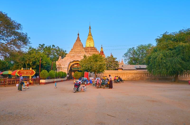 Ananda świątynia z wejściowymi bramami, Bagan, Myanmar zdjęcie royalty free