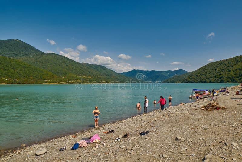 ANANURI,乔治亚- 2017年7月29日:Zhinvali湖海滩 图库摄影