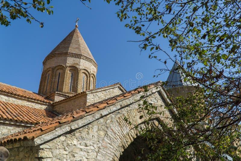 ANANURI, GEÓRGIA - 30 DE SETEMBRO DE 2016: Igreja de Uspenskaya na fortaleza Ananuri imagens de stock