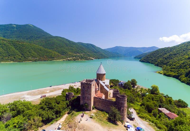 Ananuri kasztel z kościół na banku jezioro, Gruzja fotografia stock