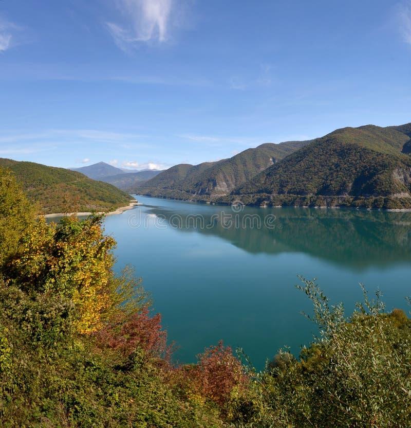 Ananuri sjö i höstsäsong royaltyfria bilder