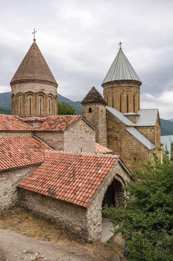 Ananuri slott, en medeltida slott och kyrkakomplex på munkhättorna arkivbilder