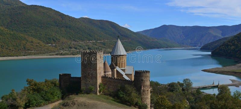 Ananuri slott-och - kyrklig complex_panorama arkivfoton