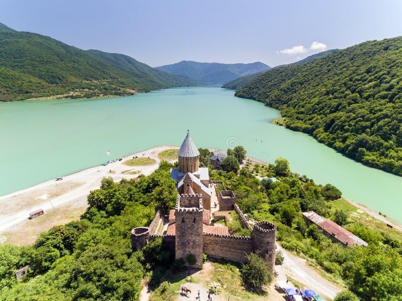 Ananurikasteel met Kerk op de bank van meer, Georgië stock foto's