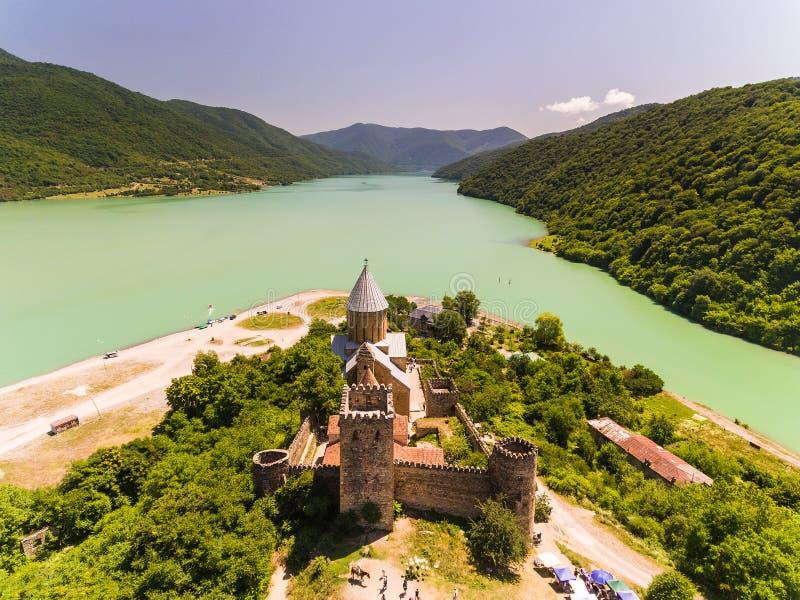 Ananurikasteel met Kerk op de bank van meer, Georgië royalty-vrije stock fotografie