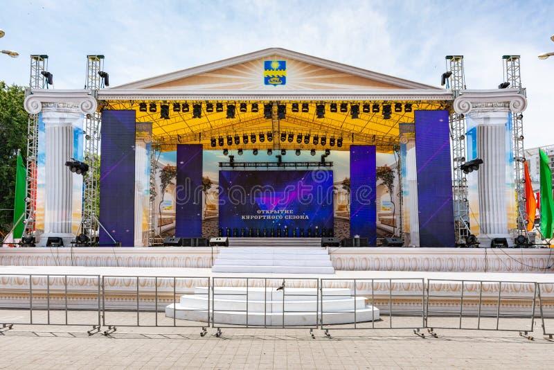 Anapa, Ρωσία - 8 Ιουνίου 2019: Το κεντρικό στάδιο στο τετράγωνο θεάτρων Anapa, που προετοιμάζεται για να γιορτάσει το άνοιγμα των στοκ φωτογραφία