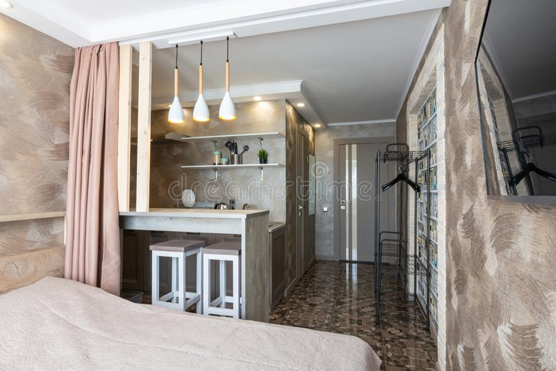 Anapa, Россия - 4-ое июля 2019: Взгляд кухни и бара в небольшом гостиничном номере стоковые изображения