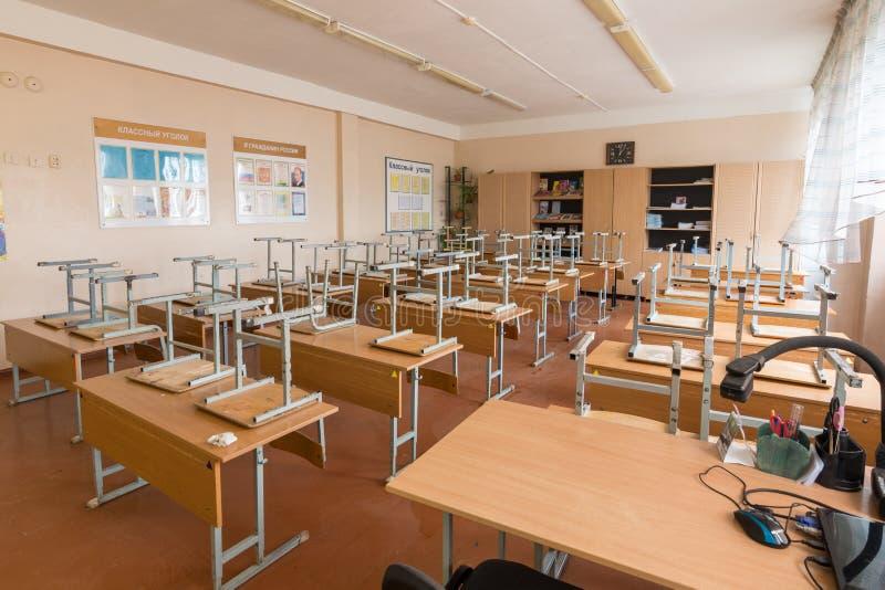 Anapa, Россия - 26-ое января 2019: Каникулы в школе, в классе перевернули стулья на столах стоковая фотография