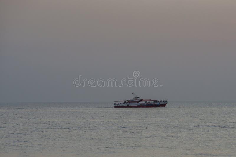 Anapa, Rússia - 17 de junho de 2019: O Mar Negro no verão no navio branco do navio da região de Anapa Krasnodar cruzeiro fotos de stock royalty free