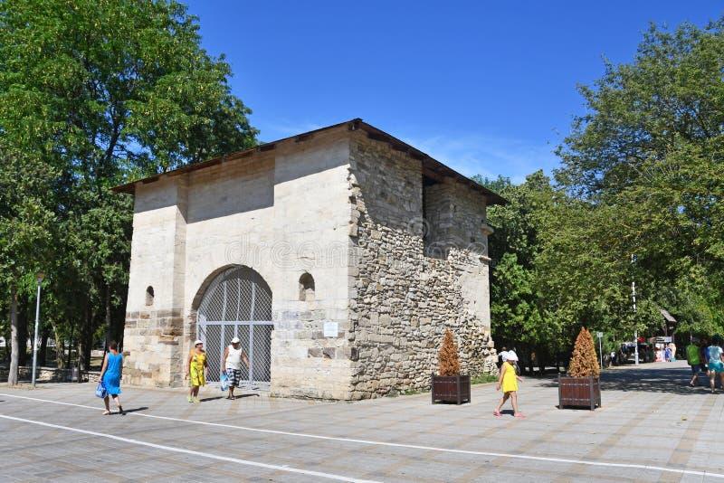 Anapa, Rosja, Lipiec, 16, 2018 Ludzie chodzi blisko «Rosyjskiej bramy «- resztki Turecki forteca XVIII wiek w su obraz royalty free