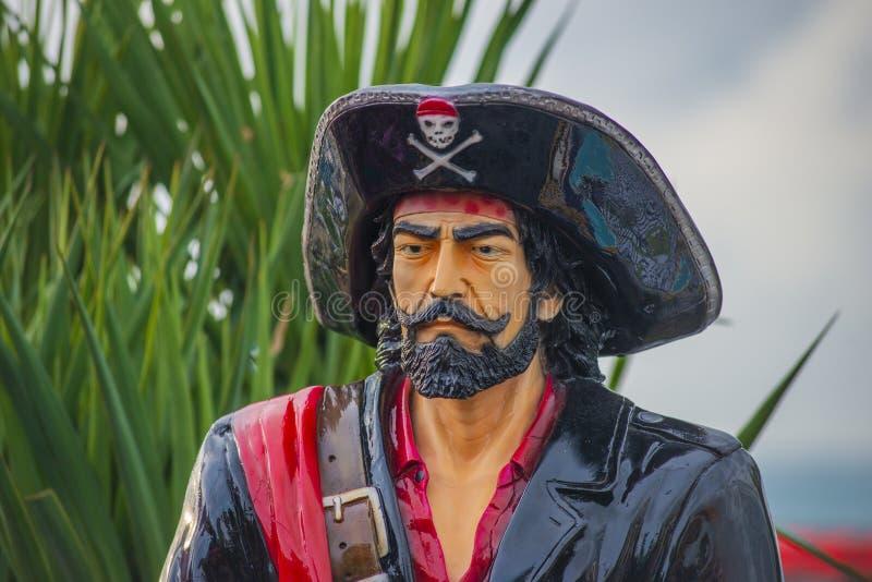 Anapa, Rosja - mogą 5, 2019: Postać kapitanu haczyk witał gości jeden jego piratów statki przy karnawałem, będący ubranym jego zdjęcia stock