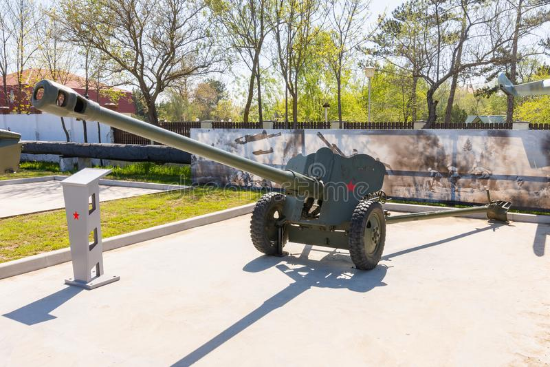 Anapa, Rusia - 28 de abril de 2019: arma divisional D-44 de 85 mil?metros en el parque de equipo militar en Anapa foto de archivo libre de regalías