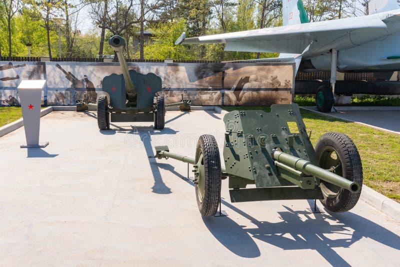Anapa, Rusia - 28 de abril de 2019: arma divisional D-44 de 85 mil?metros y arma antitanques de 45 mil?metros de 1937 cuarenta y  fotos de archivo