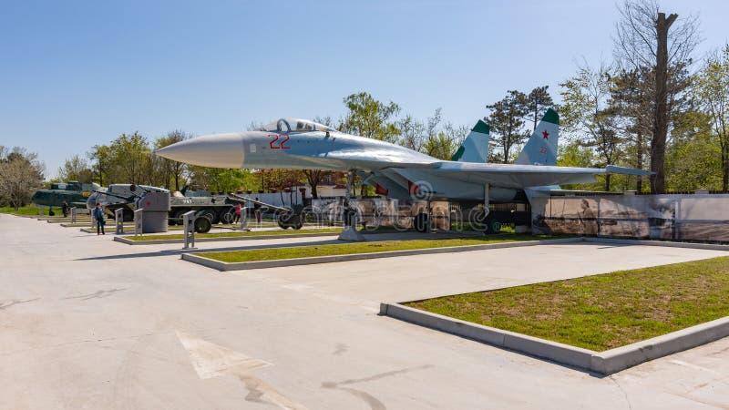 Anapa, Rusia - 28 de abril de 2019: Combatiente SU-27P y un espacio vac?o para un nuevo objeto expuesto en el parque de equipo mi imagenes de archivo