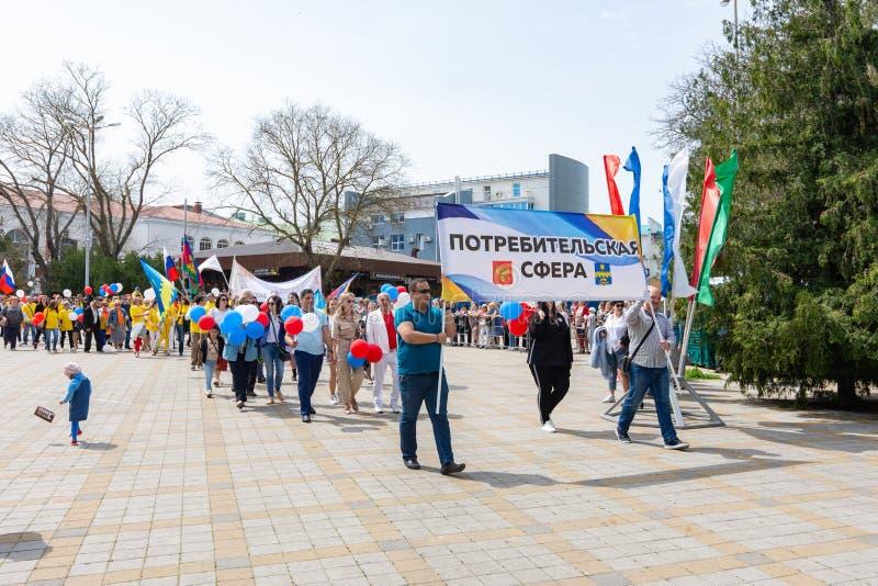 Anapa, Rusia - 1 de mayo de 2019: Demostración del primero de mayo con una bandera imágenes de archivo libres de regalías