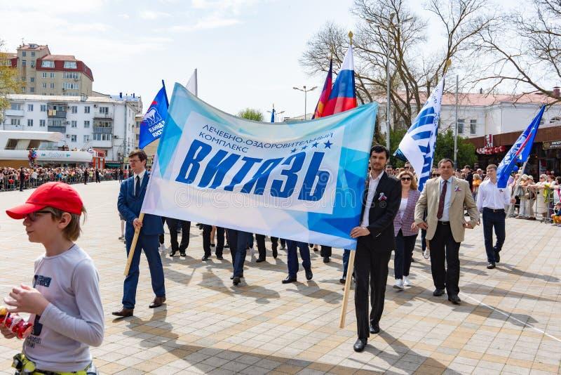 Anapa, Rusia - 1 de mayo de 2019: Demostración festiva del primero de mayo con un cartel fotografía de archivo