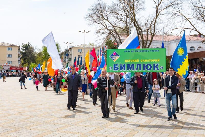 Anapa, Rusia - 1 de mayo de 2019: Demostración festiva del primero de mayo con un cartel foto de archivo libre de regalías