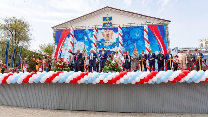 Anapa, Rusia - 1 de mayo de 2019: Las altas huéspedes y el alcalde en la etapa saludan la demostración del primero de mayo en el  foto de archivo