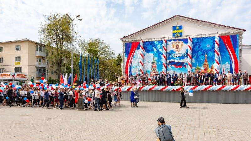 Anapa, Rusia - 1 de mayo de 2019: Participantes de la demostración del primero de mayo delante de la etapa en el cuadrado del tea imágenes de archivo libres de regalías