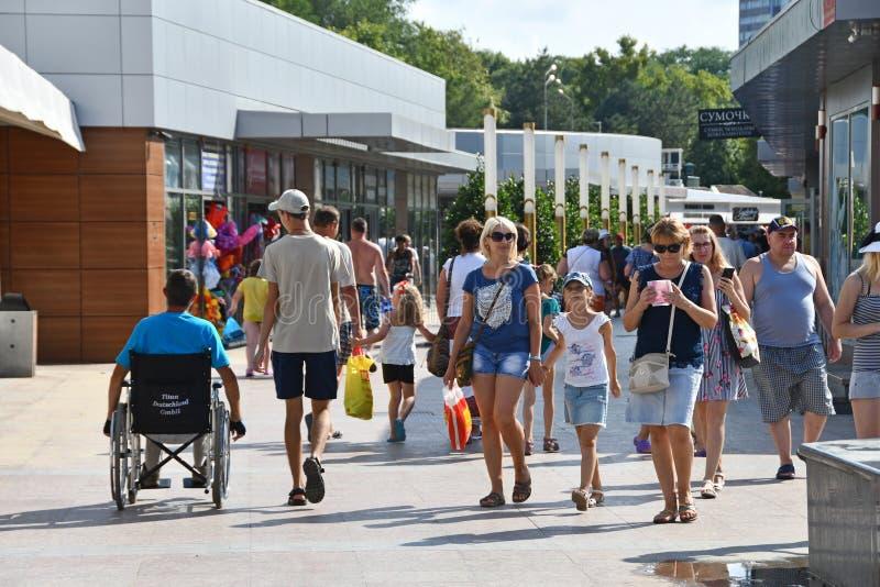 Anapa, Rusia, julio, 18, 2018 Gente que camina a lo largo de la 'promenade' del centro turístico ruso Anapa en el verano imagen de archivo libre de regalías