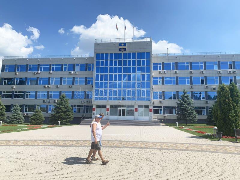 Anapa, Rusland, Juli 23, 2019 De mensen gaan door beleids over van de toevluchtstad van Anapa in zonnige de zomerdag te bouwen St stock foto's