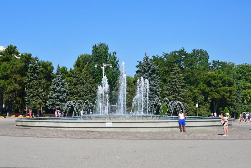 Anapa, Rusland, 14 Juli, 2018 Mensen die dichtbij muzikale fontein op het vierkant van de Sovjets in zonnige dag lopen royalty-vrije stock afbeeldingen