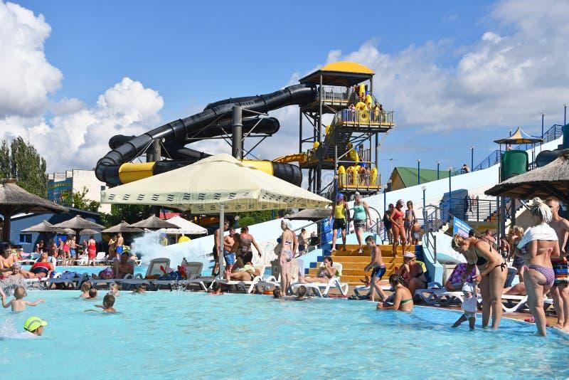 """Anapa, Russia, 16 luglio, 2018 Nuoto della gente in Aquapark """"spiaggia dorata """"in Anapa a luglio fotografie stock libere da diritti"""