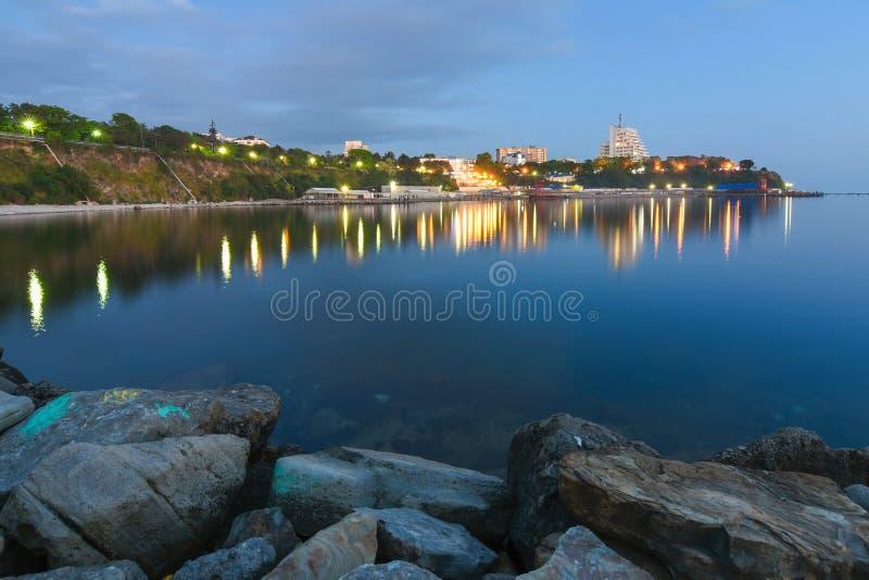 Anapa, Russia - possono 15, 2018: Una vista panoramica dell'argine di piccola baia, Mar Nero, Anapa, Russia fotografia stock