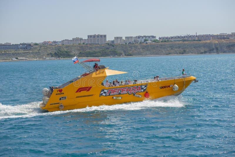 Anapa, Russie - 17 juin 2019 : Bateau jaune avec touristes naviguant sur la mer noire dans les eaux d'Anapa. Un bateau à moteur d photos libres de droits