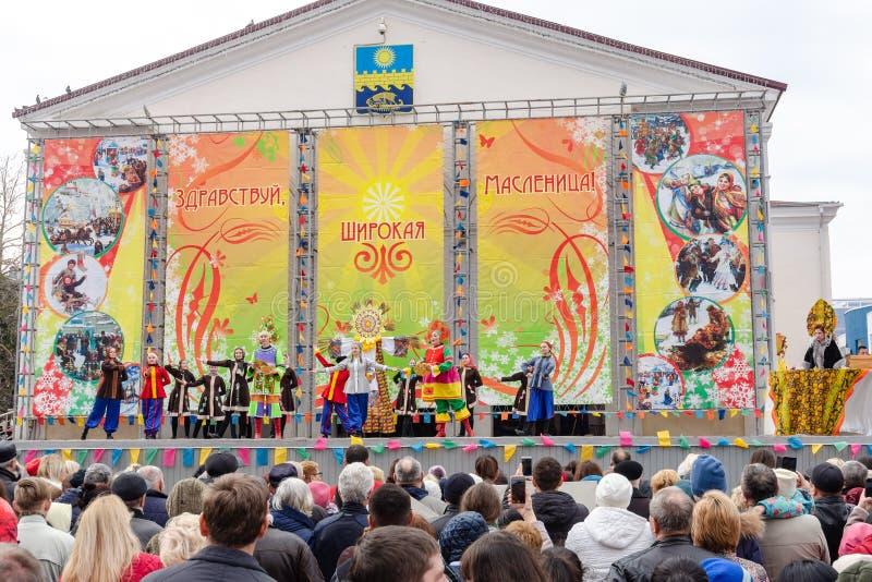 Anapa Ryssland - mars 10, 2019: Festmåltid av breda Maslenitsa på den centrala etappen på den Anapa teaterfyrkanten royaltyfri fotografi