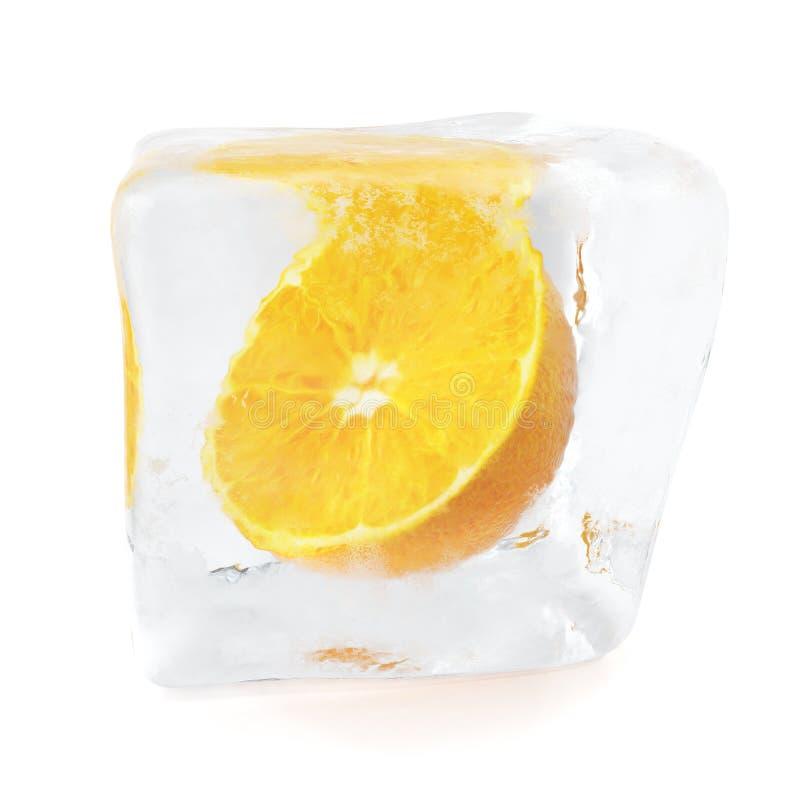 Anaranjado de la rebanada congelado en cubo de hielo Cubo de hielo en vista delantera, solo cubo de hielo aislado en el fondo bla libre illustration