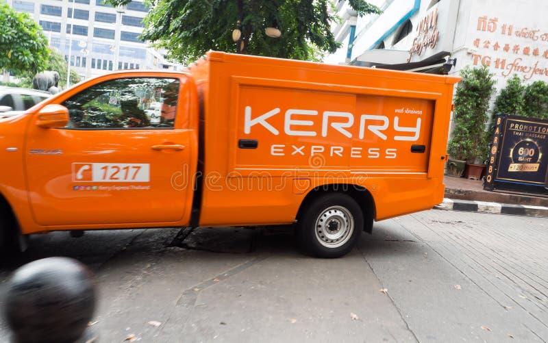 Anaranjados expresos de Kerry cogen el camión que recoge servicios del paquete y del correo urgente imágenes de archivo libres de regalías