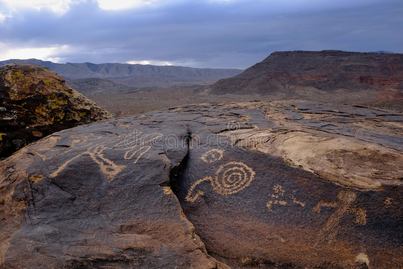 Anasazi petroglify przed pustynnymi górami obraz royalty free