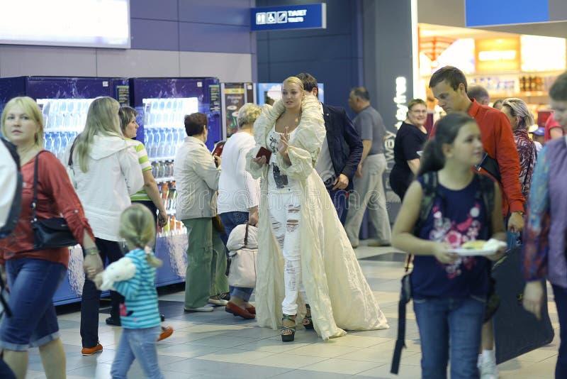 Anastasia Volochkova all'aeroporto quando si imbarcano sull'aereo fotografie stock