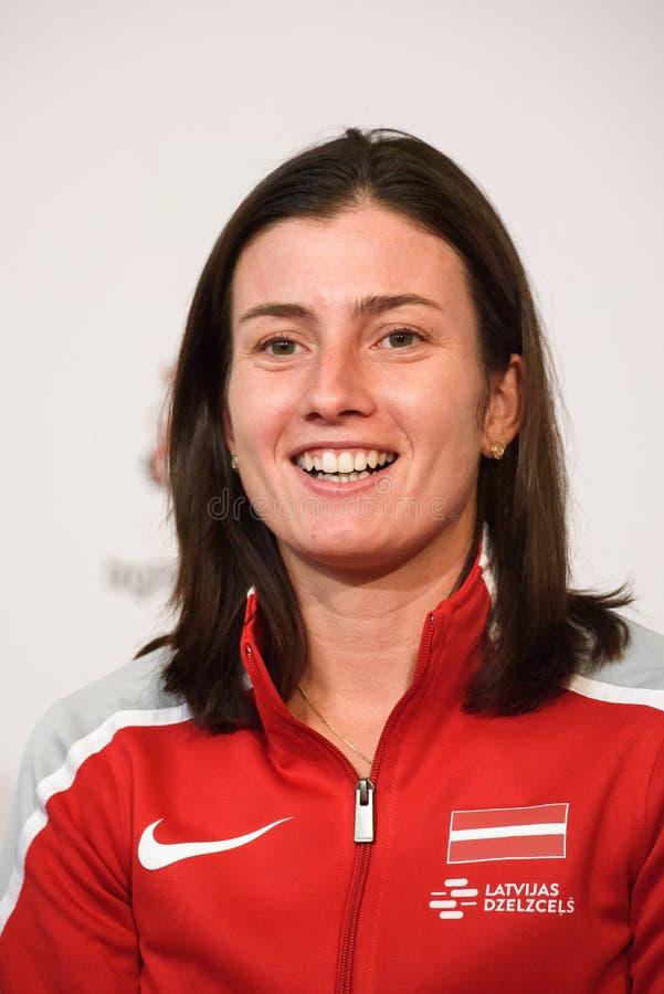 Anastasija Sevastova, Team Lettland Mitglieder von Team Latvia für FedCup, während des Treffens von Fans vor Erstrunde der Weltgr lizenzfreie stockfotos