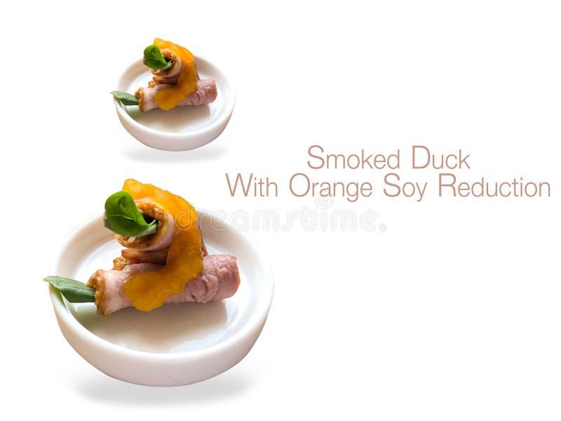 Anatra affumicata con riduzione arancio della soia con un fondo bianco immagini stock libere da diritti