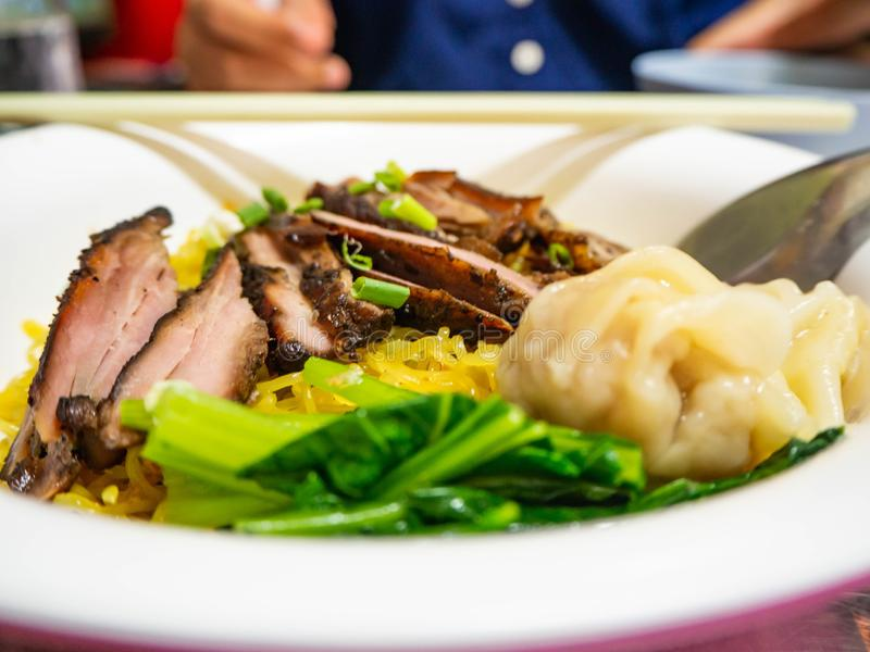 Anatra arrostita con le tagliatelle di verdure, Bangkok, Tailandia immagine stock