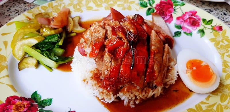 Anatra arrostita o arrostita su riso bianco con salsa dolce rossa fotografia stock libera da diritti