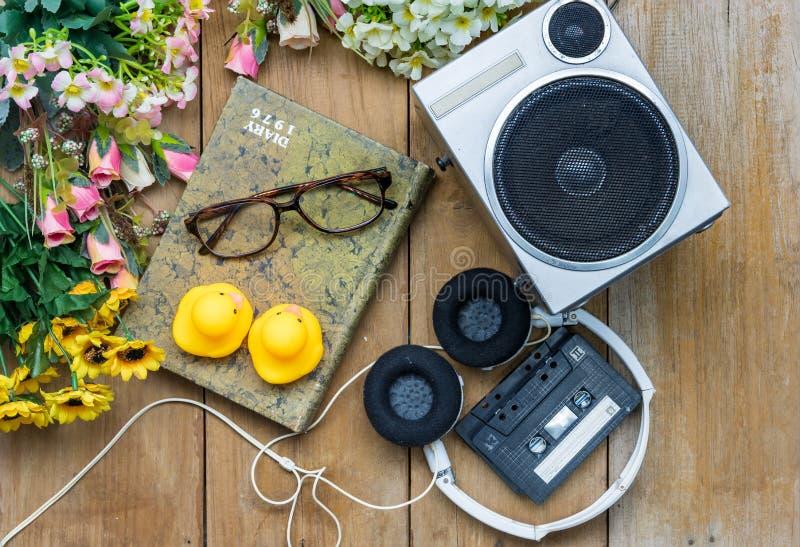 anatra capa della gomma di giallo del diario di vetro del nastro a cassetta del telefono; e p immagine stock