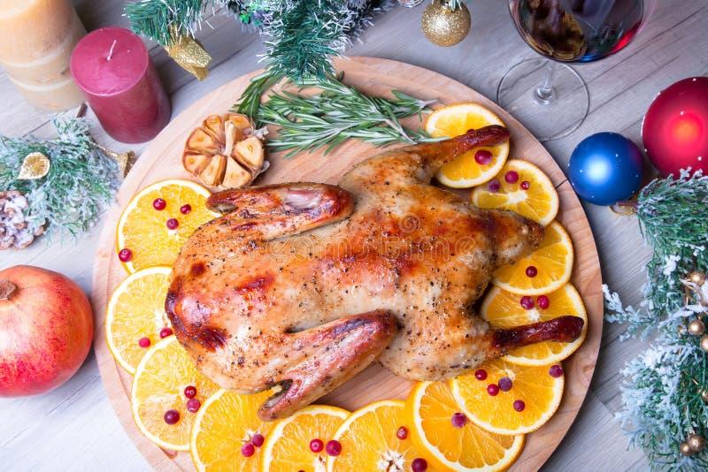 Anatra di Natale con intero al forno dei mirtilli rossi e delle arance immagine stock