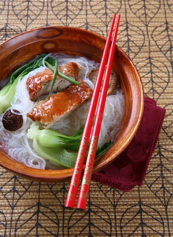 Anatra di Pechino con la ciotola di minestra delle tagliatelle del riso immagini stock