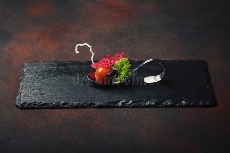 Anatra moderna molecolare del galantine di cucina in cucchiai sulla pietra e sulla r fotografia stock libera da diritti
