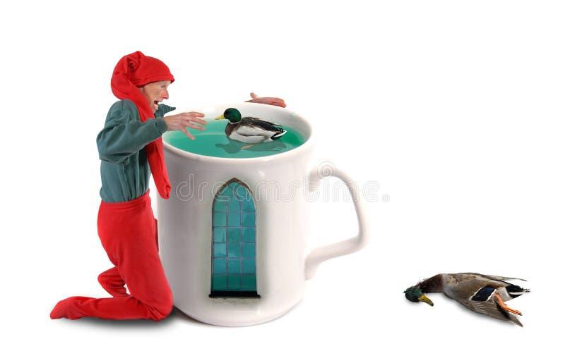 Anatre di cattura dell'elfo in una tazza fotografie stock libere da diritti