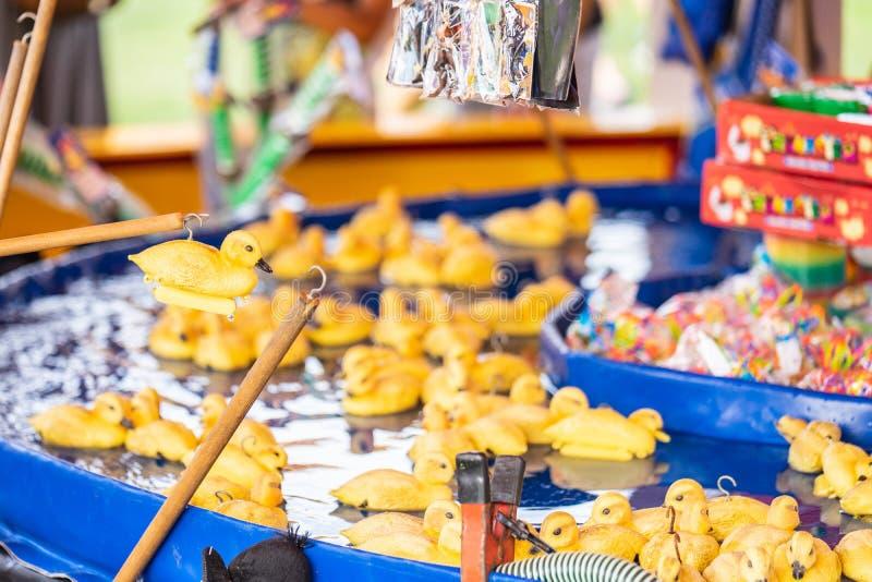 Anatre gialle di gomma con i ganci in loro teste Gancio della zona fieristica un gioco di gomma di probabilit? dell'anatra fotografie stock