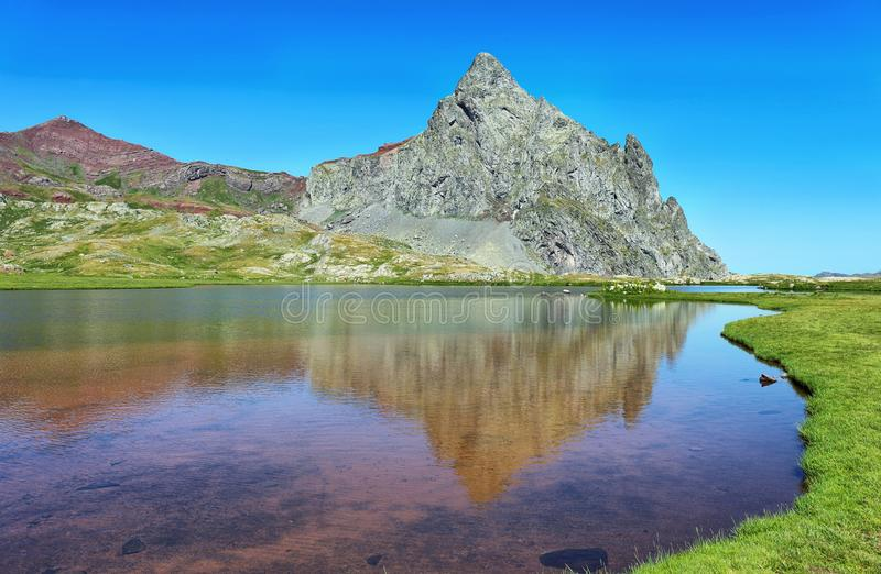Anayet-Spitze und Anayet See auf spanisch Pyrenäen, Spanien stockfotos
