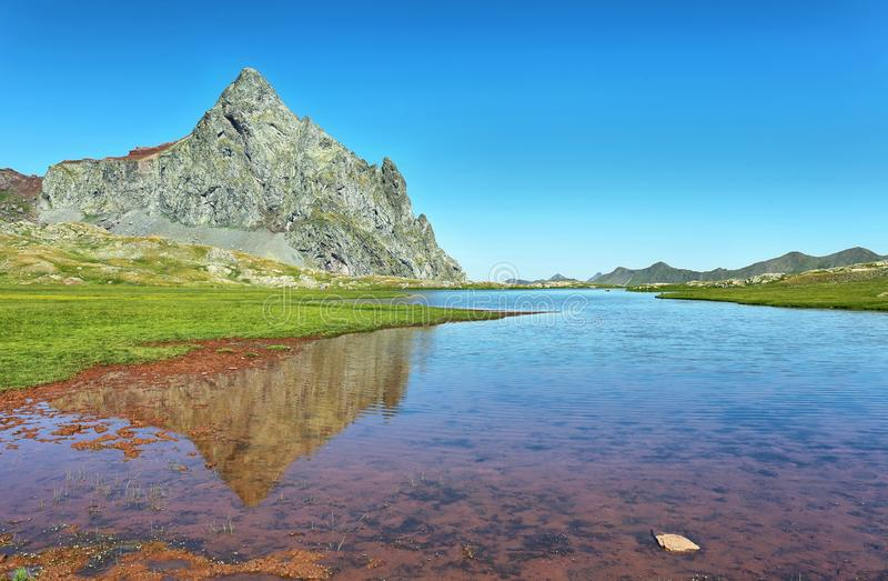 Anayet-Spitze und Anayet See auf spanisch Pyrenäen, Spanien stockfotografie