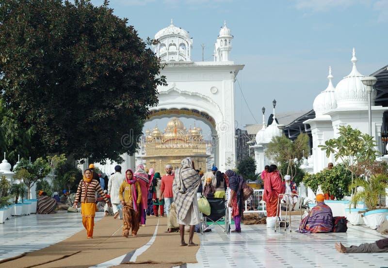 Anbetern besuchen berühmten goldenen Tempel, Amritsar, Indien stockfotografie