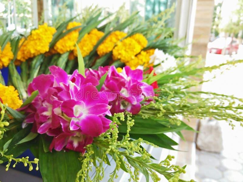 Anbetung mit den Blumensträußen lizenzfreie stockbilder