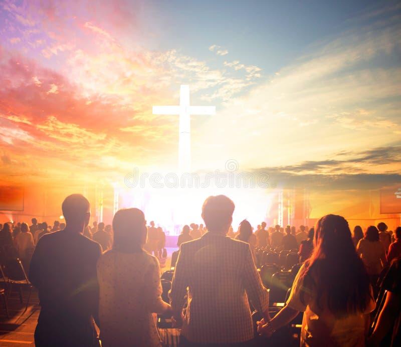 Anbetungskonzept: Silhouettieren Sie die Leute, die nach dem Kreuz auf Sonnenaufganghintergrund suchen lizenzfreie stockbilder