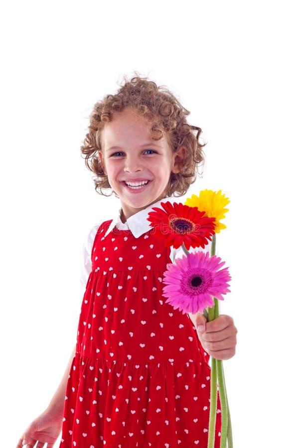 Anbietenblumen des kleinen Mädchens lizenzfreies stockfoto